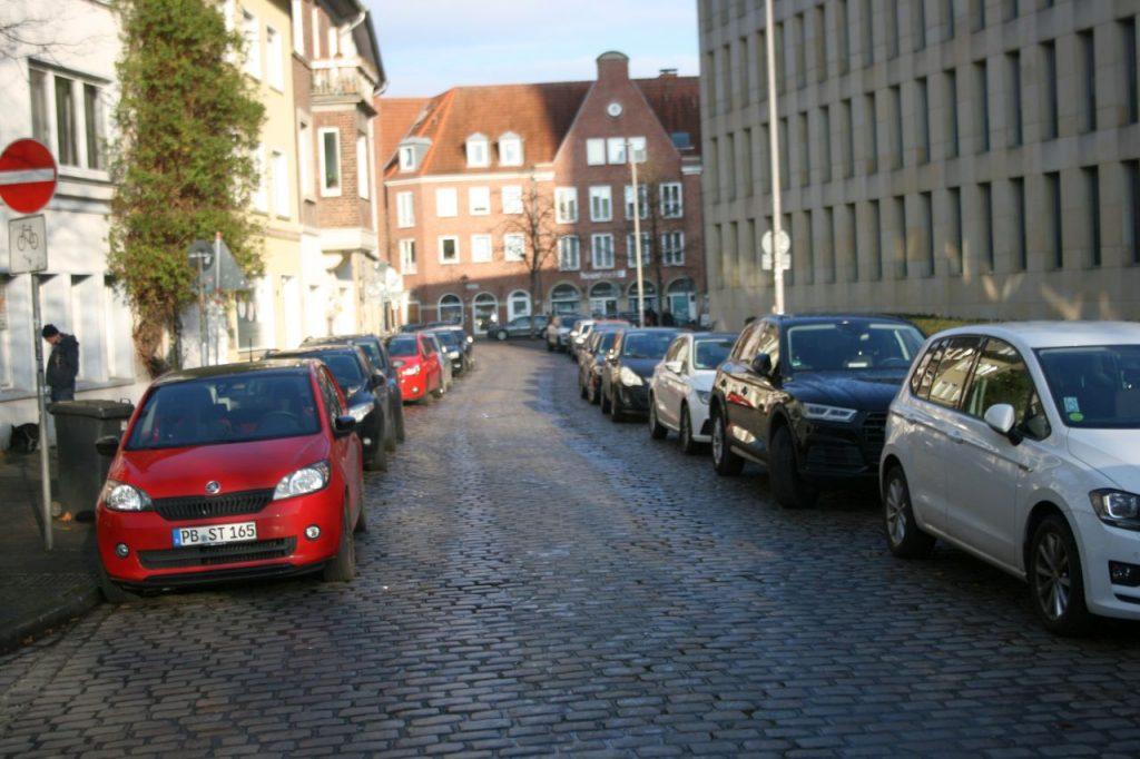 Die Fahrradstraße Katthagen mit Kopfsteinpflaster und gesäumt von Autos, die beidseitig parken.